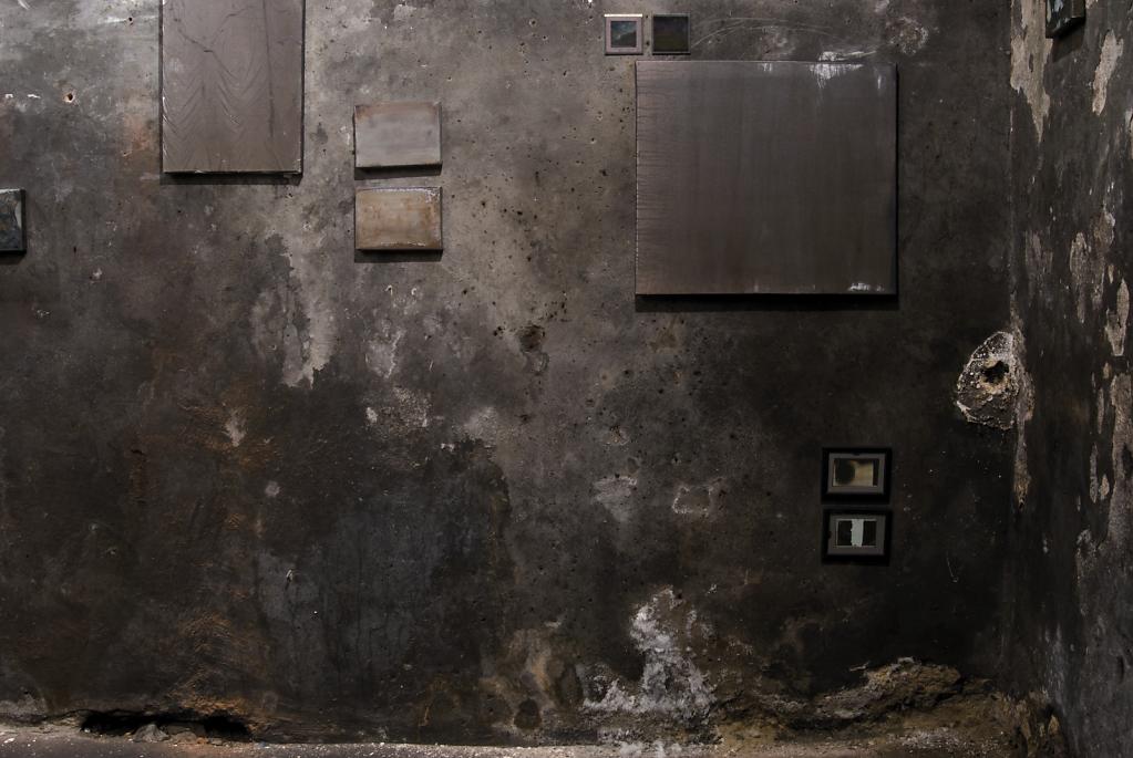 Niwelinskacom-installation-cellar-2013-dark-wall.png